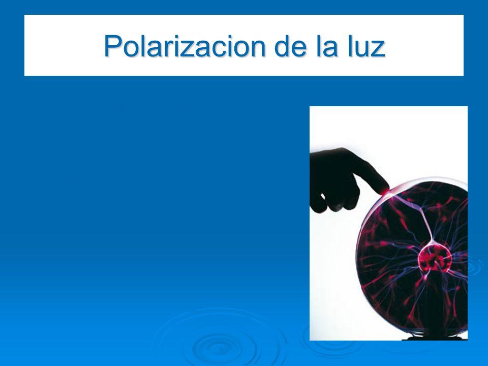 Polarizacion de la luz Es un fenómeno por el cual las vibraciones de un rayo luminoso, que como es sabido se producen en todos los planos normales a l