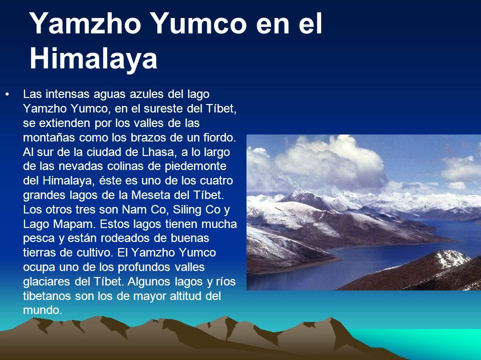 Yamzho Yumco en el Himalaya Las intensas aguas azules del lago Yamzho Yumco, en el sureste del Tíbet, se extienden por los valles de las montañas como