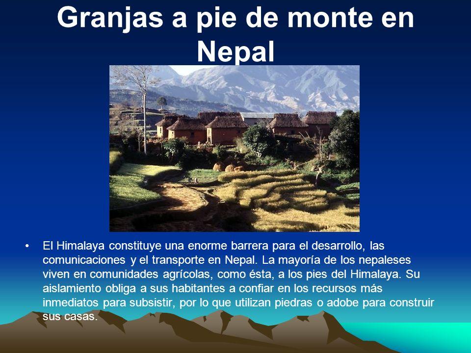 Granjas a pie de monte en Nepal El Himalaya constituye una enorme barrera para el desarrollo, las comunicaciones y el transporte en Nepal. La mayoría