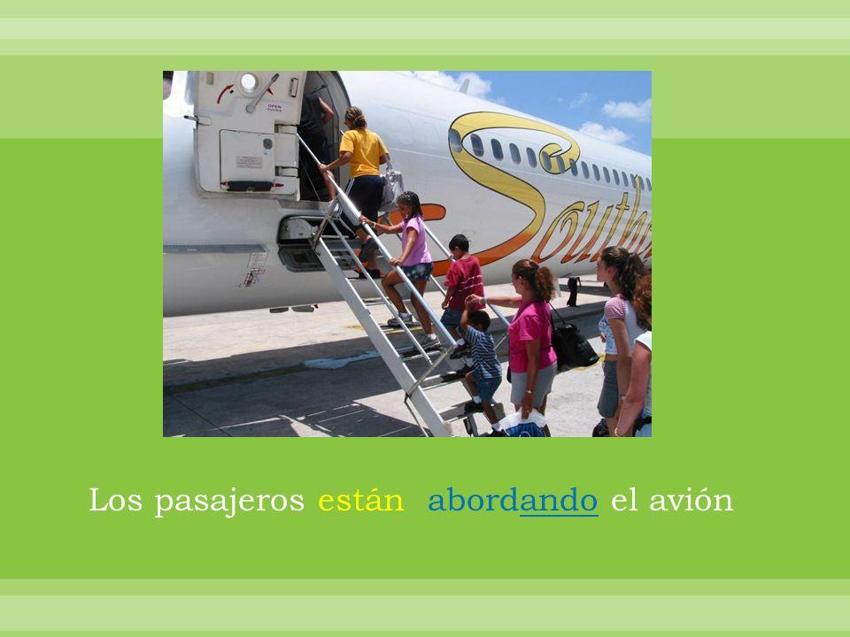 Los pasajeros están abordando el avión