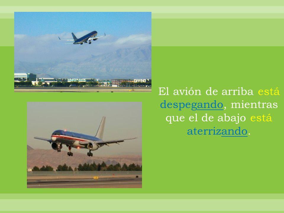El avión de arriba está despegando, mientras que el de abajo está aterrizando.