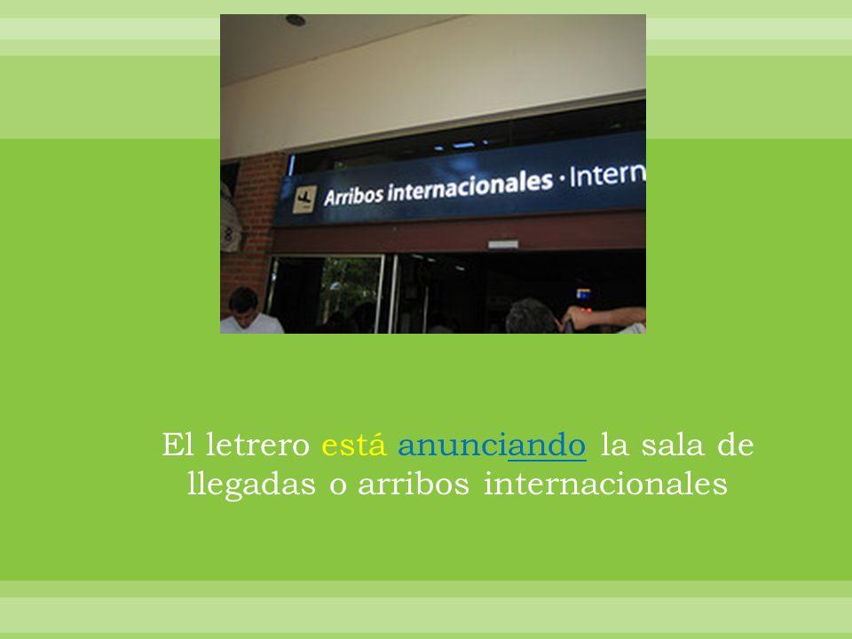 El letrero está anunciando la sala de llegadas o arribos internacionales