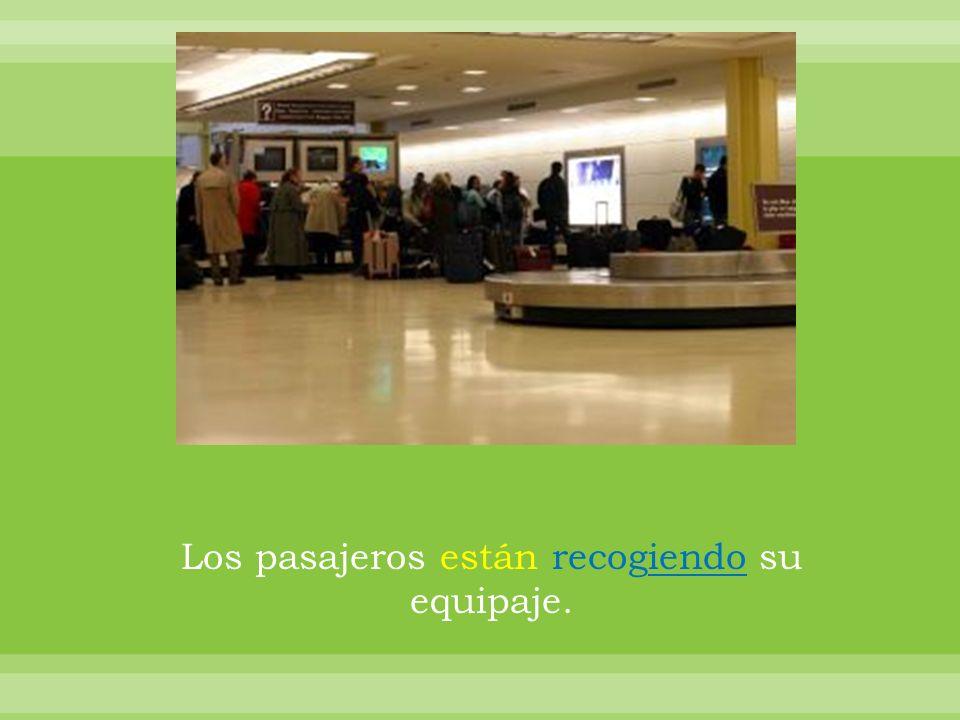 Los pasajeros están recogiendo su equipaje.