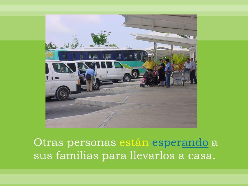 Otras personas están esperando a sus familias para llevarlos a casa.