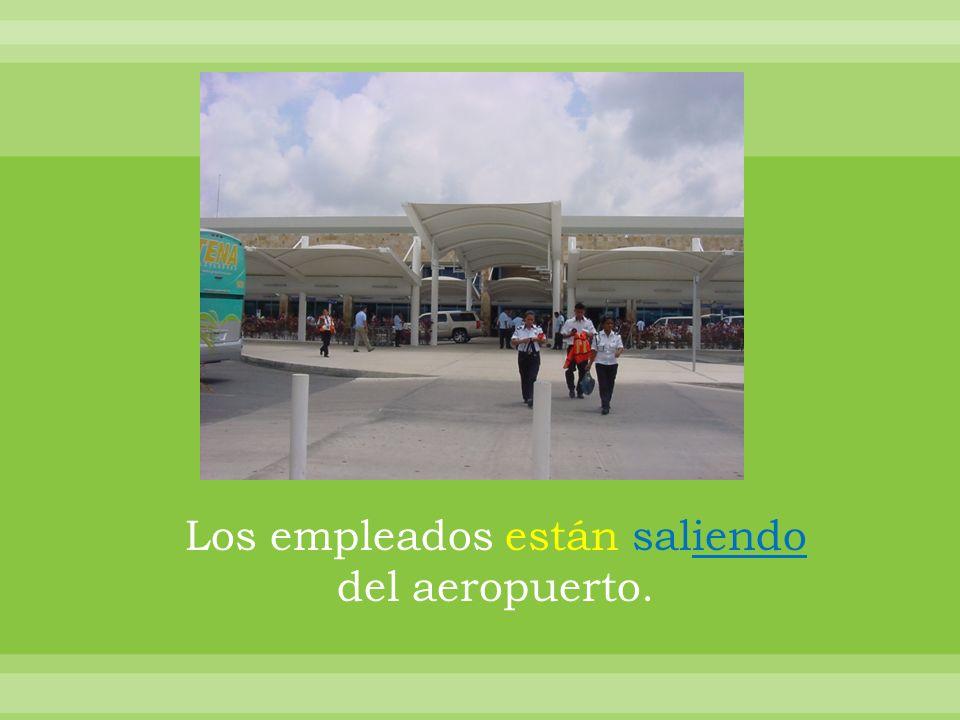 Los empleados están saliendo del aeropuerto.