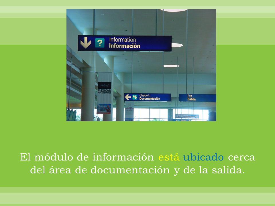 El módulo de información está ubicado cerca del área de documentación y de la salida.