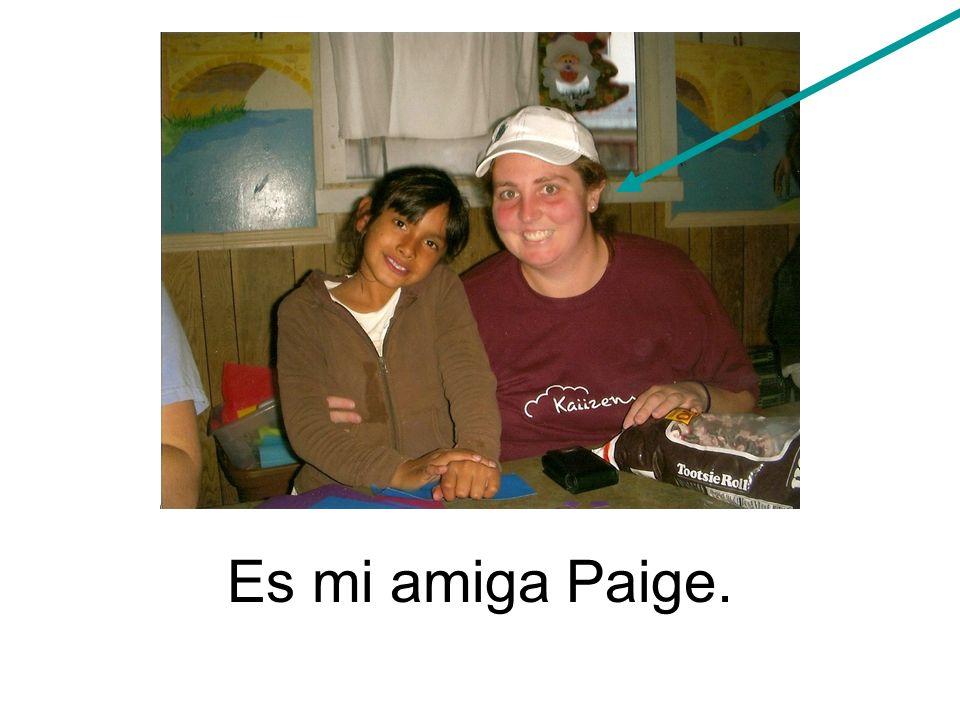 Cada año ella va a Baja, México para visitar un orfanato (orphanage).