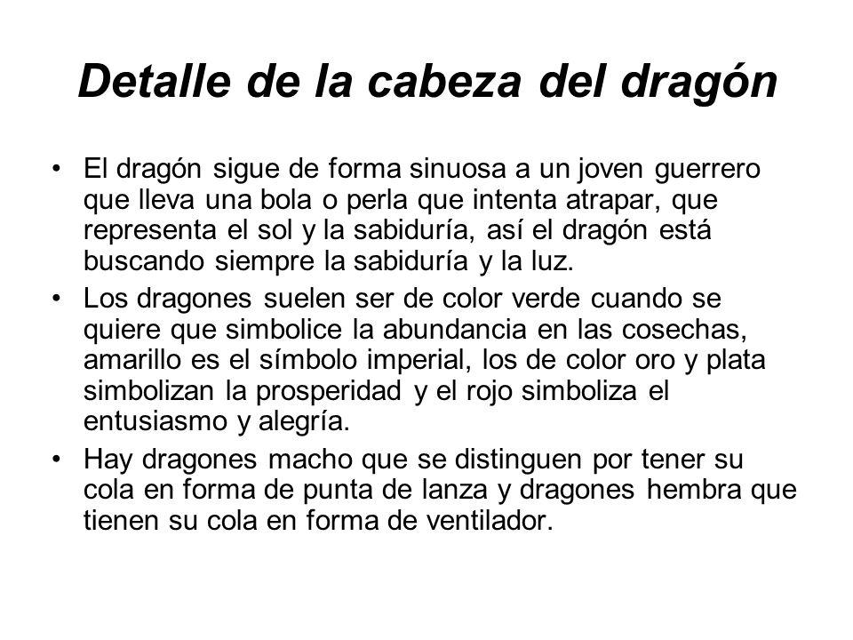 Detalle de la cabeza del dragón En cuanto al material con el que son contruidos, el más dragón tradicional se confecciona con tela bordada que hay que poner antes de cada actuación, sobre un armazón hecho de madera, bambú y cuerdas.