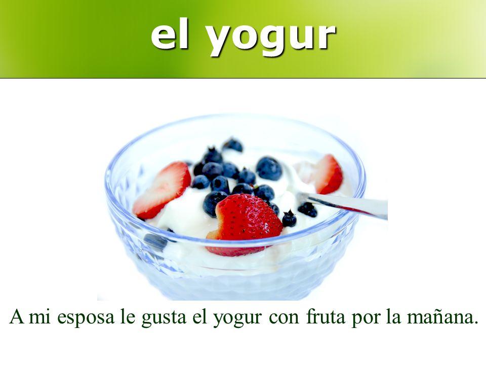 el yogur A mi esposa le gusta el yogur con fruta por la mañana.