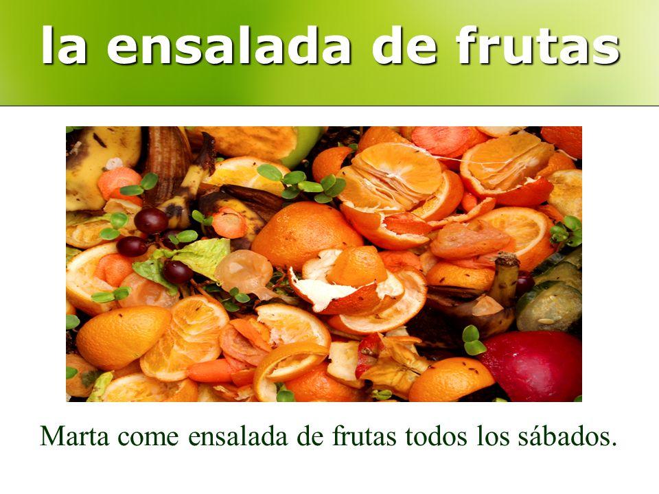 la ensalada de frutas Marta come ensalada de frutas todos los sábados.