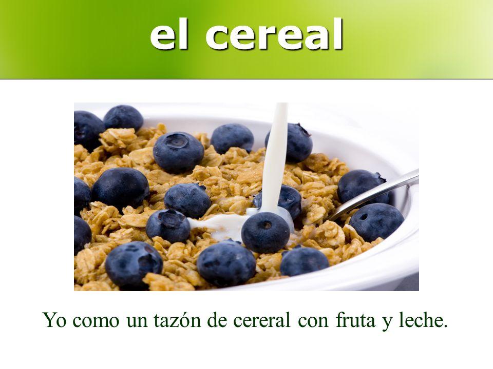 el cereal Yo como un tazón de cereral con fruta y leche.