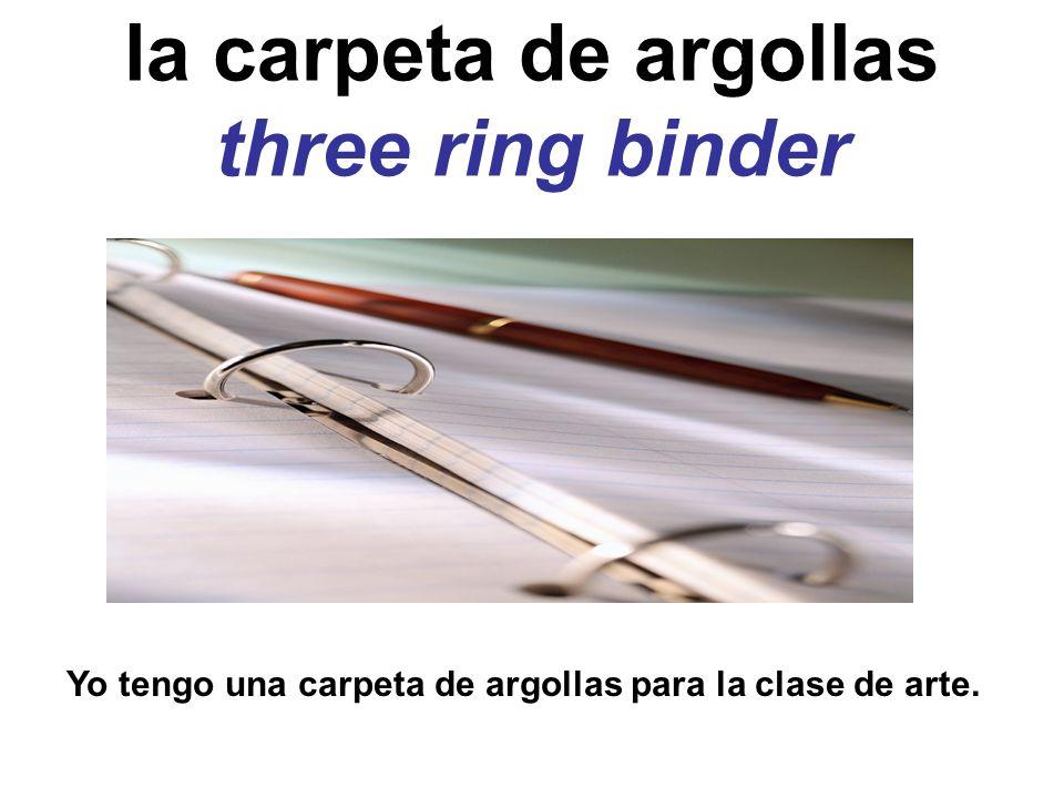 la carpeta de argollas three ring binder Yo tengo una carpeta de argollas para la clase de arte.