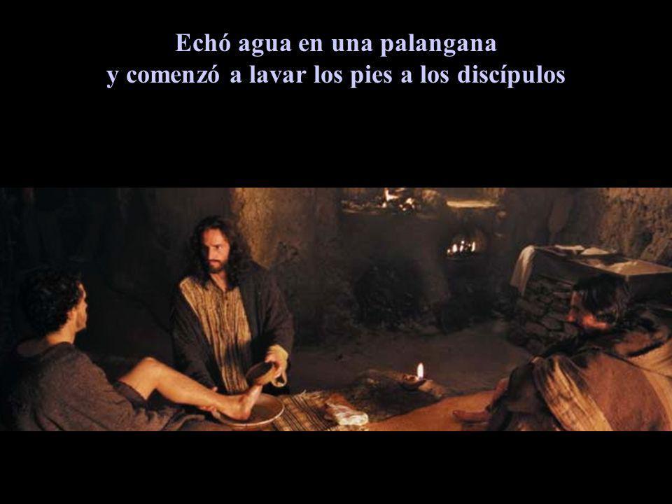 Echó agua en una palangana y comenzó a lavar los pies a los discípulos