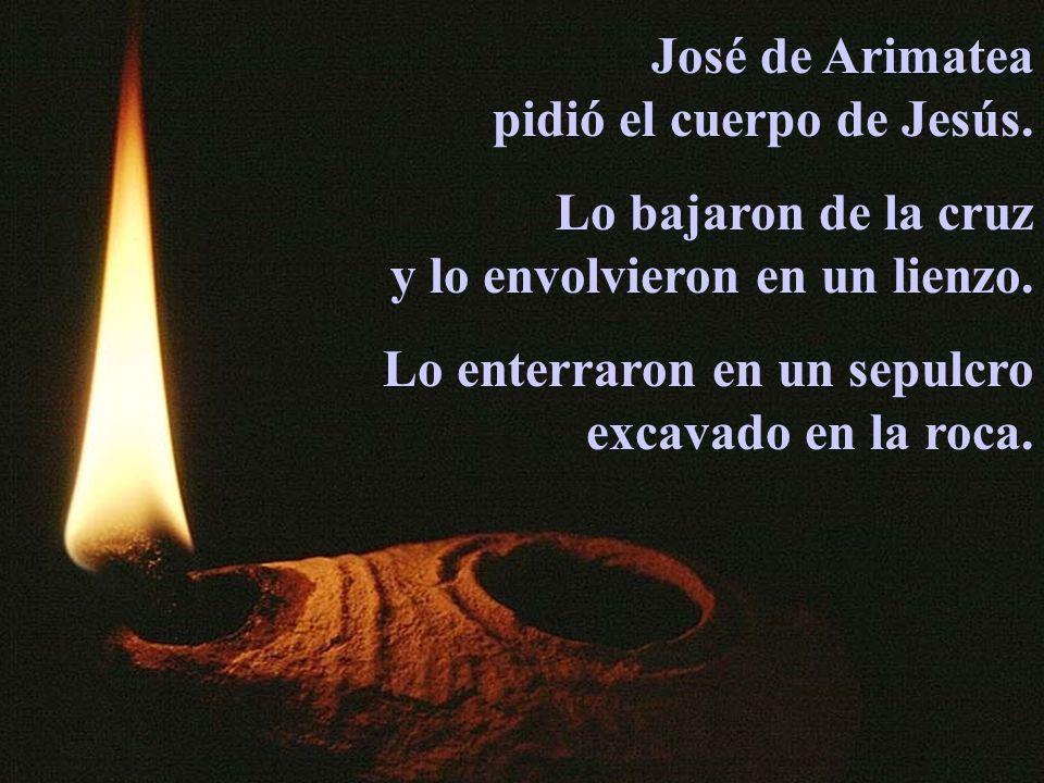 José de Arimatea pidió el cuerpo de Jesús. Lo bajaron de la cruz y lo envolvieron en un lienzo. Lo enterraron en un sepulcro excavado en la roca.