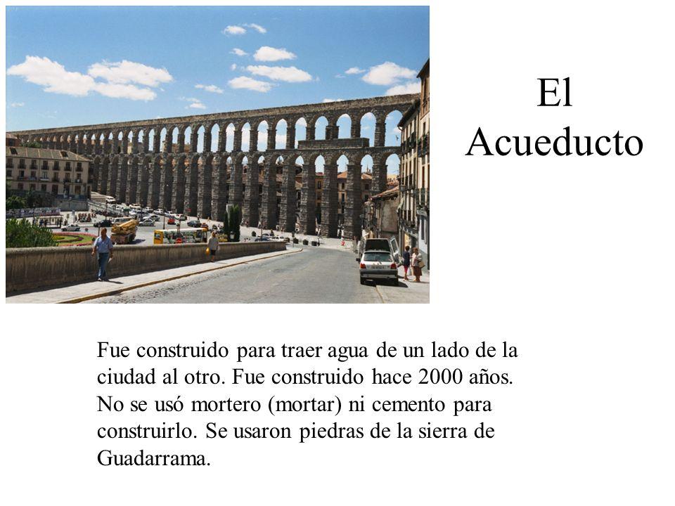El Acueducto Fue construido para traer agua de un lado de la ciudad al otro. Fue construido hace 2000 años. No se usó mortero (mortar) ni cemento para
