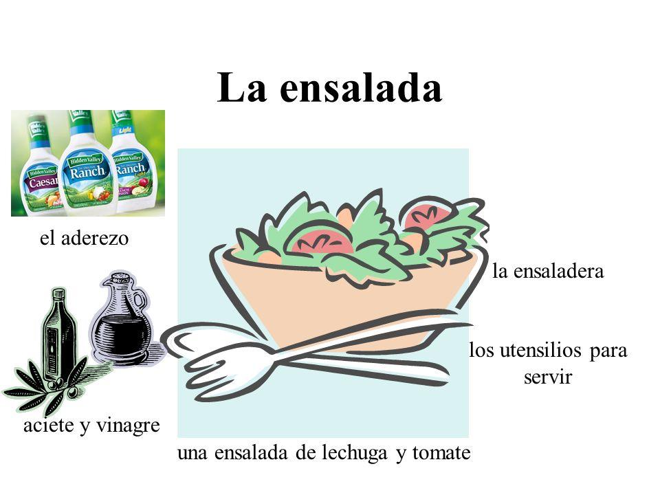 La ensalada la ensaladera los utensilios para servir una ensalada de lechuga y tomate el aderezo aciete y vinagre