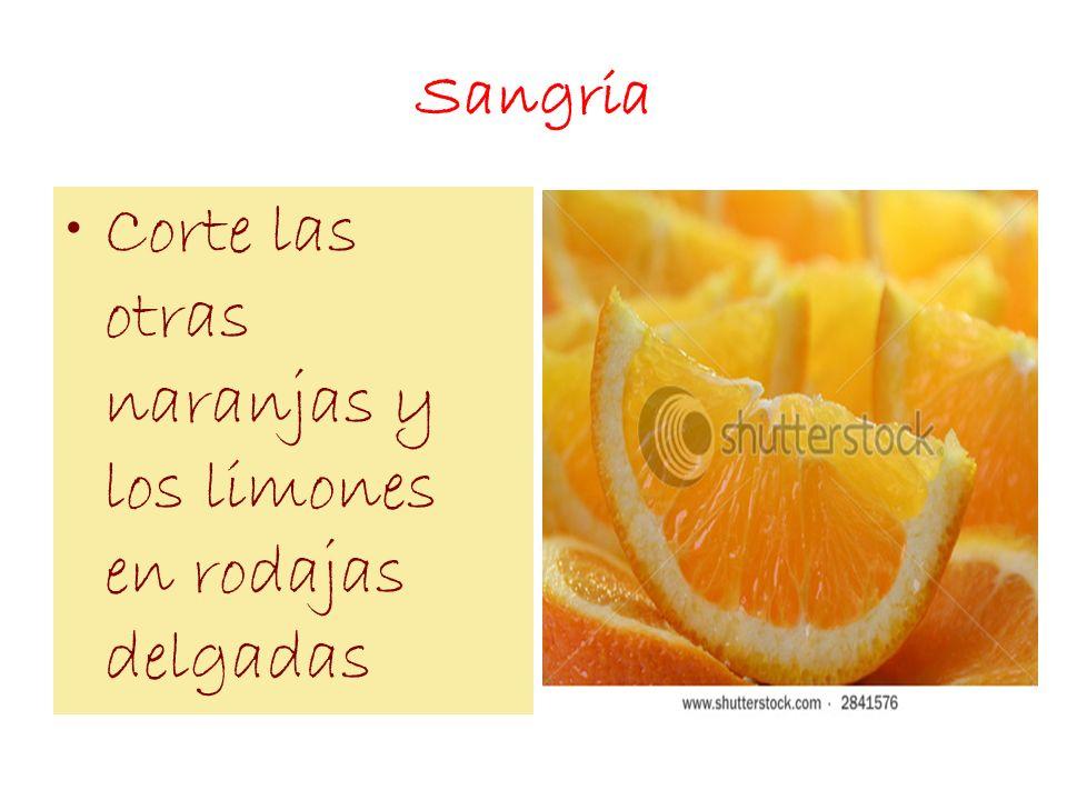 Sangria Corte las otras naranjas y los limones en rodajas delgadas