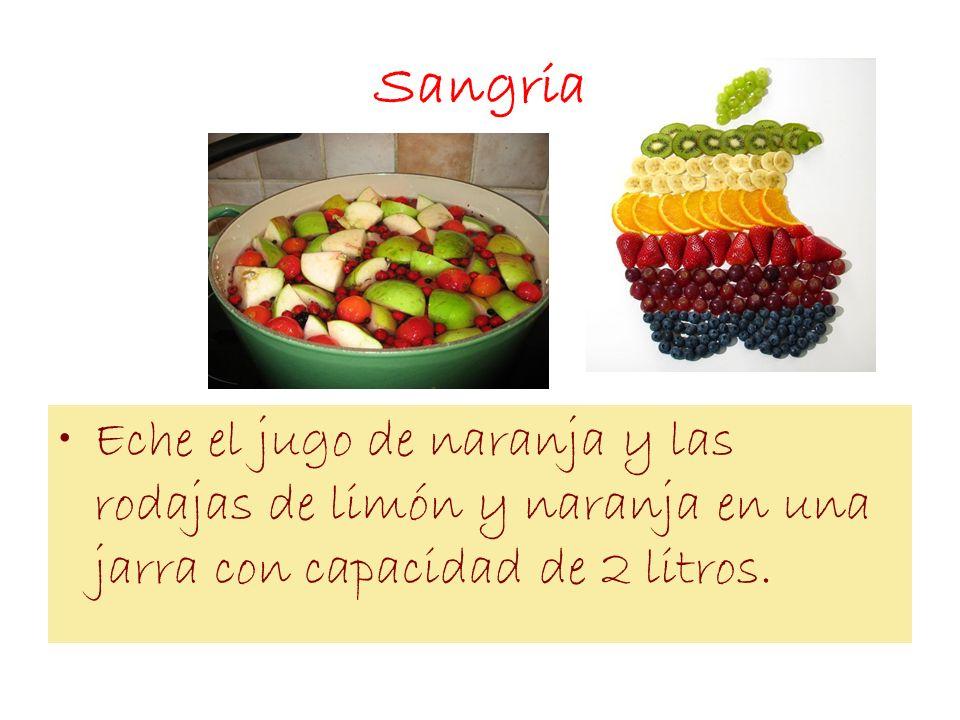 Sangria Eche el jugo de naranja y las rodajas de limón y naranja en una jarra con capacidad de 2 litros.