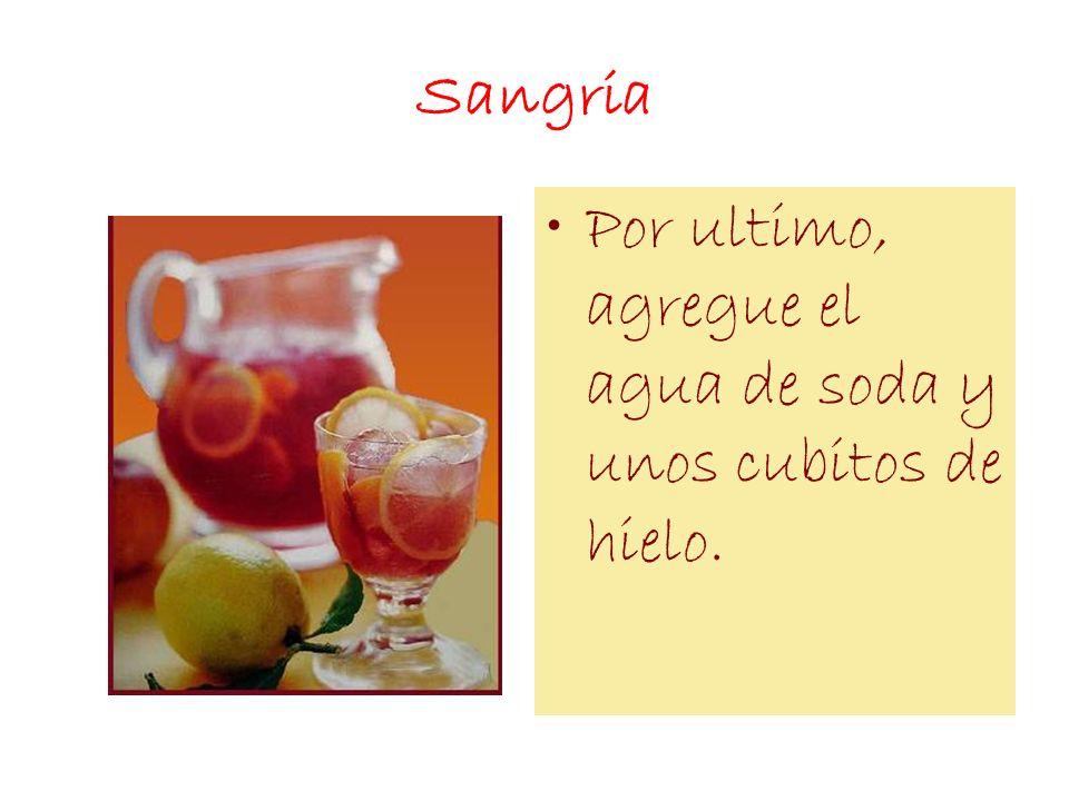 Sangria Por ultimo, agregue el agua de soda y unos cubitos de hielo.