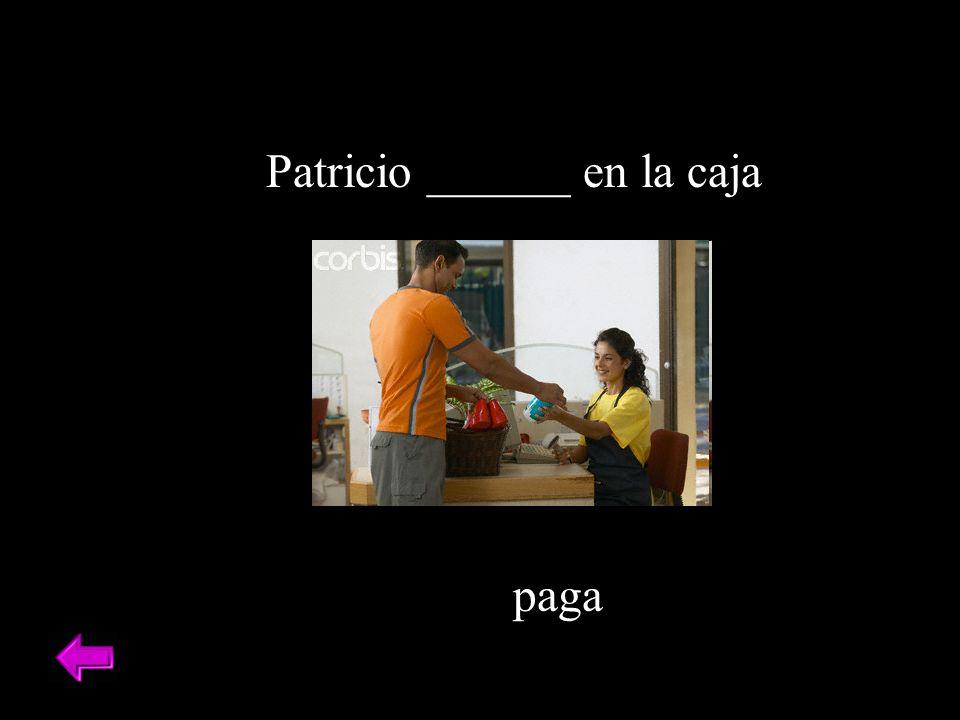 Patricio ______ en la caja paga