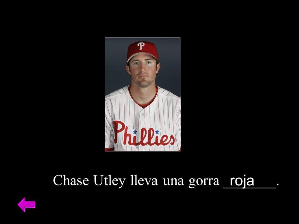 Chase Utley lleva una gorra _______. roja