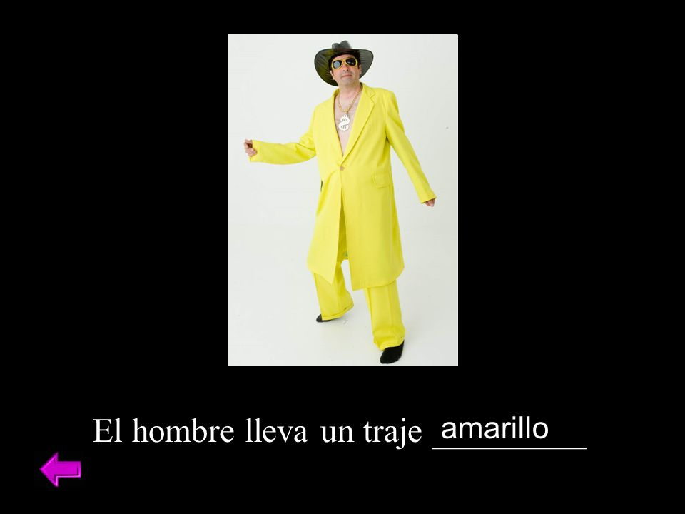 El hombre lleva un traje _________ amarillo