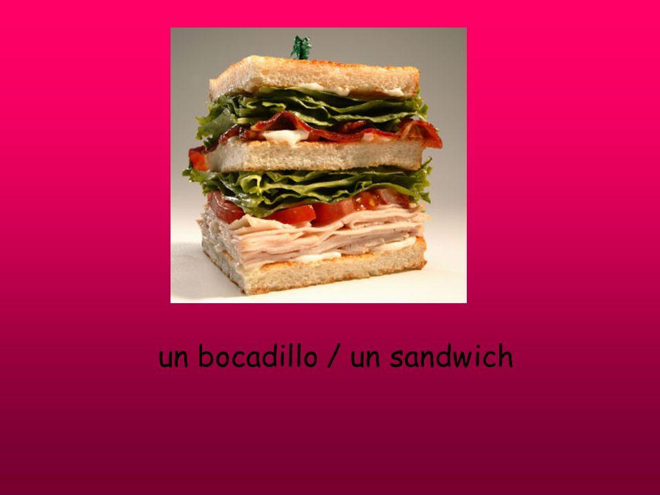 un bocadillo / un sandwich