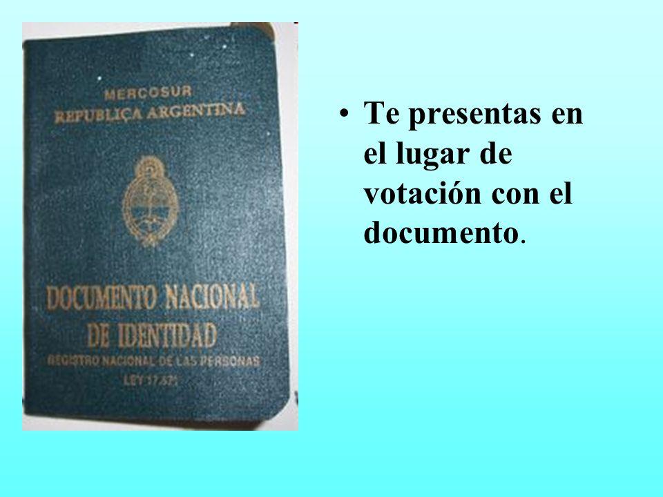 Te presentas en el lugar de votación con el documento.