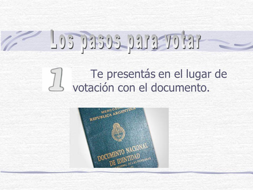Te presentás en el lugar de votación con el documento.