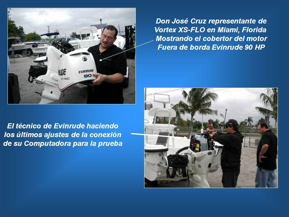 Don José Cruz representante de Vortex XS-FLO en Miami, Florida Mostrando el cobertor del motor Fuera de borda Evinrude 90 HP El técnico de Evinrude ha