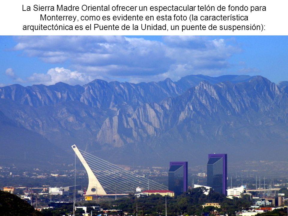 La Sierra Madre Oriental ofrecer un espectacular telón de fondo para Monterrey, como es evidente en esta foto (la característica arquitectónica es el