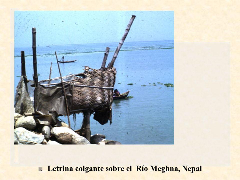 Letrina colgante sobre el Río Meghna, Nepal