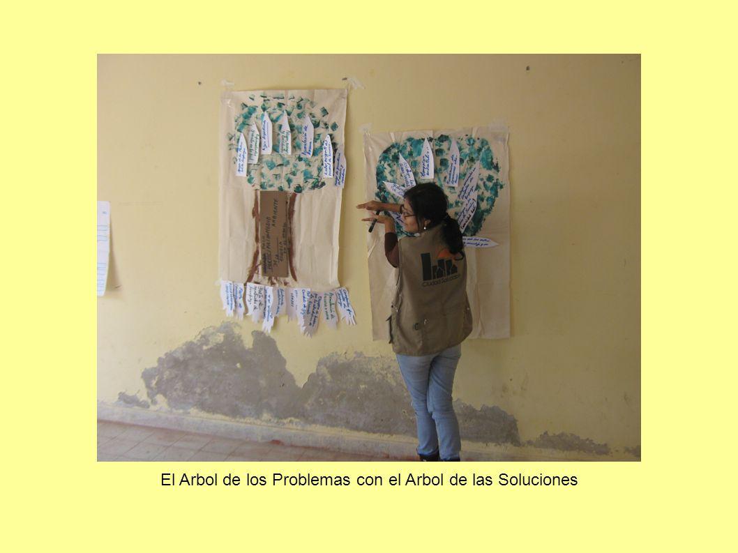 Foto del CAE de la I.E. Nuestra Señora de Asunción con la bandera de EnerSur