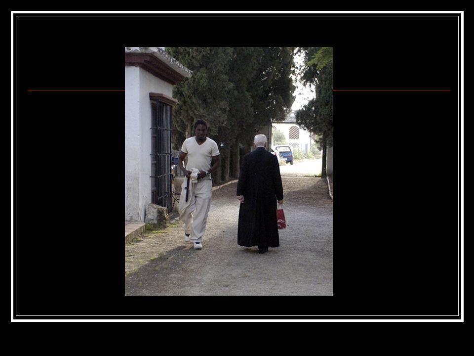 La fotografía pone de manifiesto el ojo fotográfico del autor al percatarse de un hecho casual y curioso como este, un cura blanco con su sotana negra cruzándose con un ciudadano negro vestido de blanco.