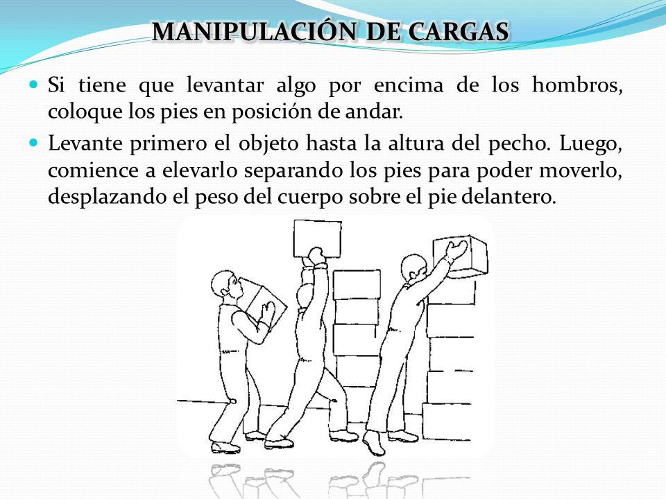 Si tiene que levantar algo por encima de los hombros, coloque los pies en posición de andar. Levante primero el objeto hasta la altura del pecho. Lueg