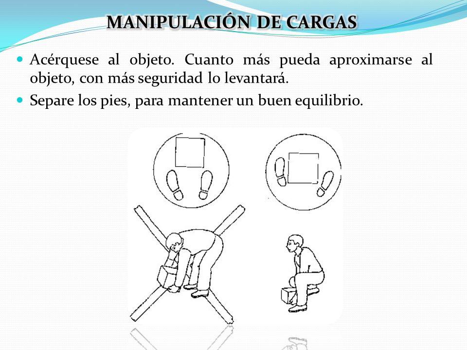 Trate de agarrar firmemente el objeto, utilizando totalmente ambas manos, en ángulo recto con los hombros.