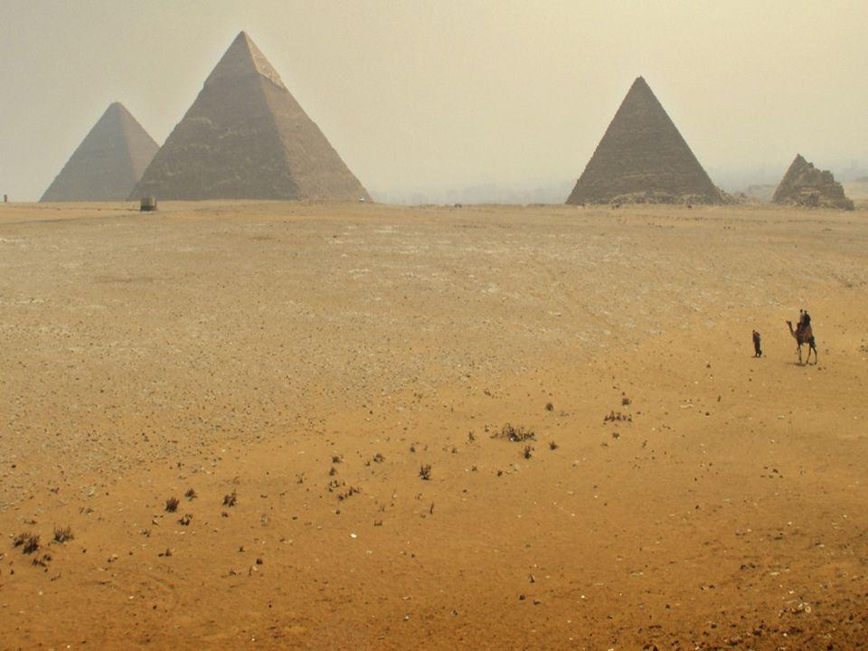 ARQUITECTURA La arquitectura egipcia se caracteriza por su monumentalidad con el empleo de la piedra, en grandes bloques, con sistema constructivo adintelado y sólidas columnas.