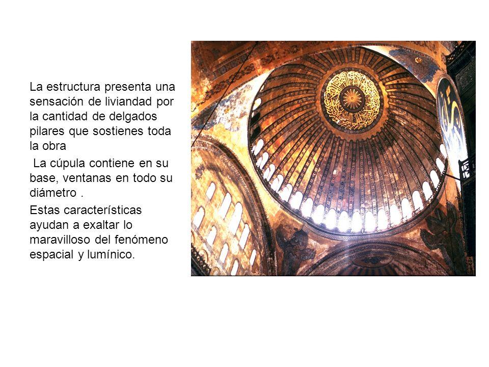 La estructura presenta una sensación de liviandad por la cantidad de delgados pilares que sostienes toda la obra La cúpula contiene en su base, ventan