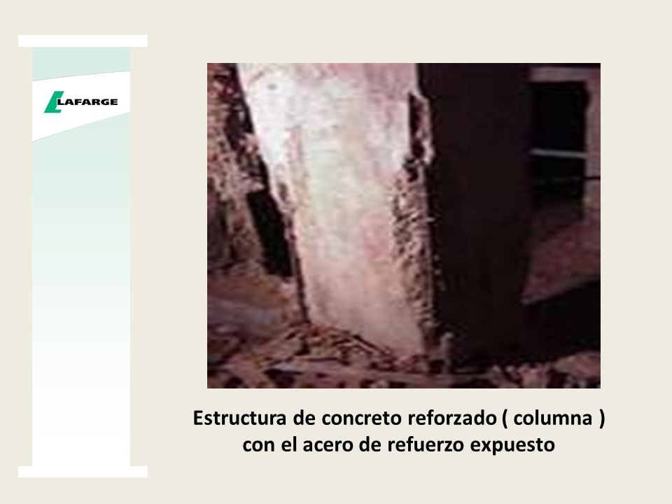 Estructura de concreto reforzado ( columna ) con el acero de refuerzo expuesto