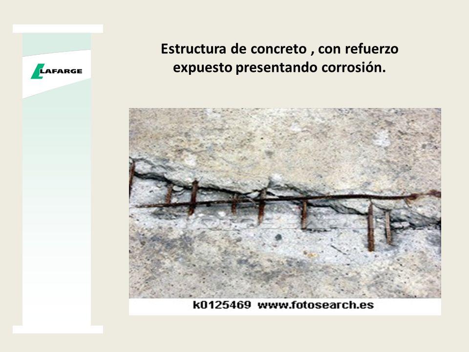 Estructura de concreto, con refuerzo expuesto presentando corrosión.