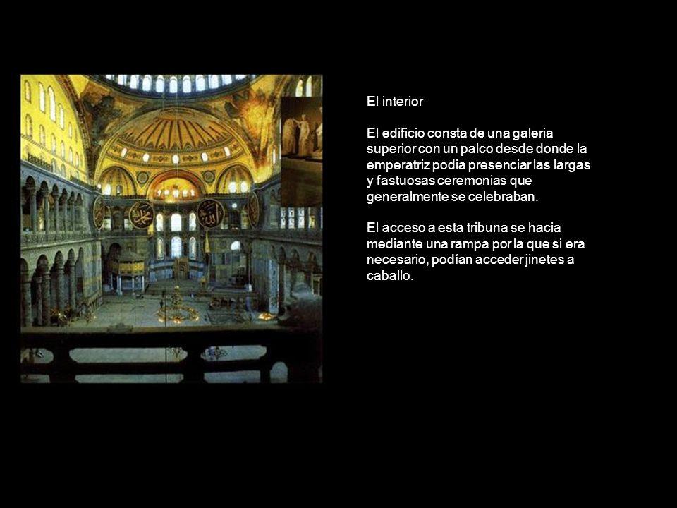 El interior El edificio consta de una galeria superior con un palco desde donde la emperatriz podia presenciar las largas y fastuosas ceremonias que g