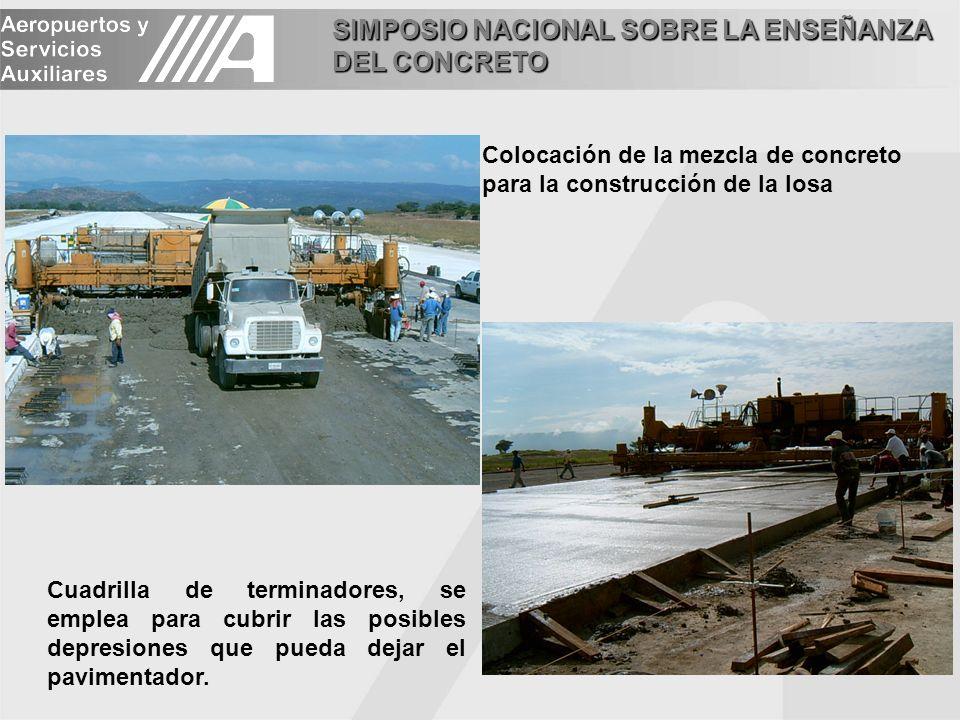 SIMPOSIO NACIONAL SOBRE LA ENSEÑANZA DEL CONCRETO Colocación de la mezcla de concreto para la construcción de la losa Cuadrilla de terminadores, se em