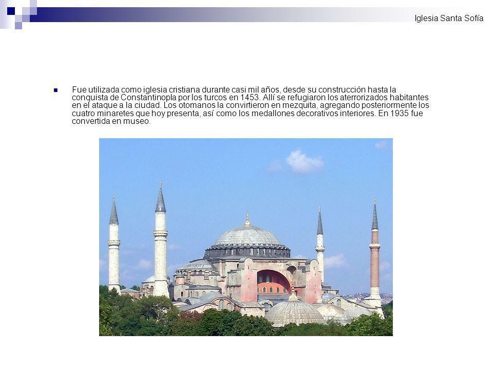 Fue utilizada como iglesia cristiana durante casi mil años, desde su construcción hasta la conquista de Constantinopla por los turcos en 1453. Allí se
