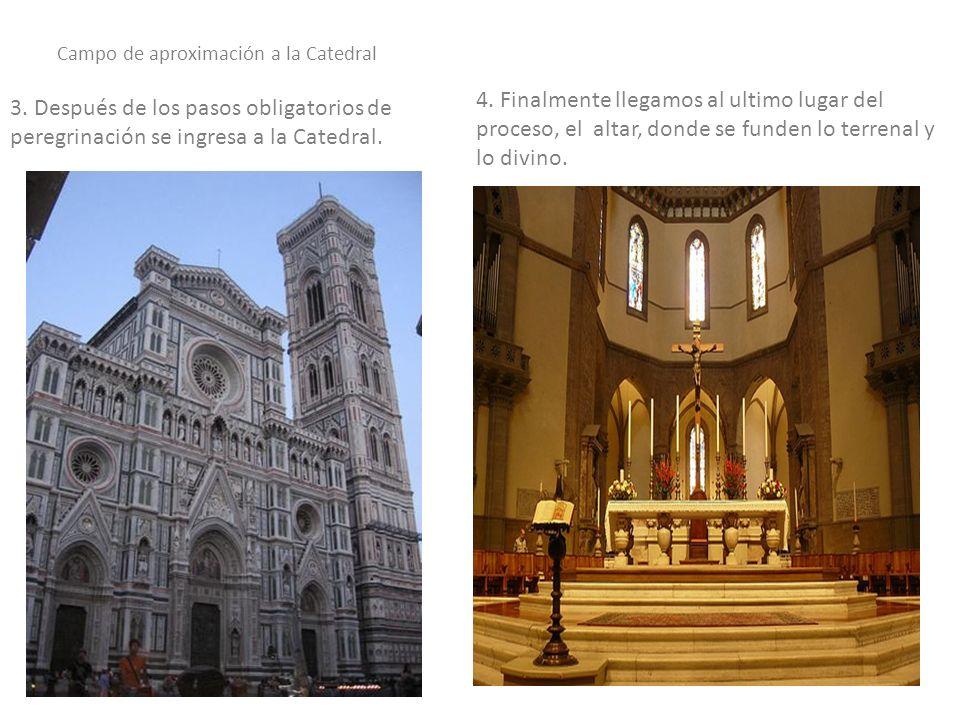 En la cumbre de la linterna está la cruz sobre una esfera, ubicados en el centro de donde se encuentra el altar.