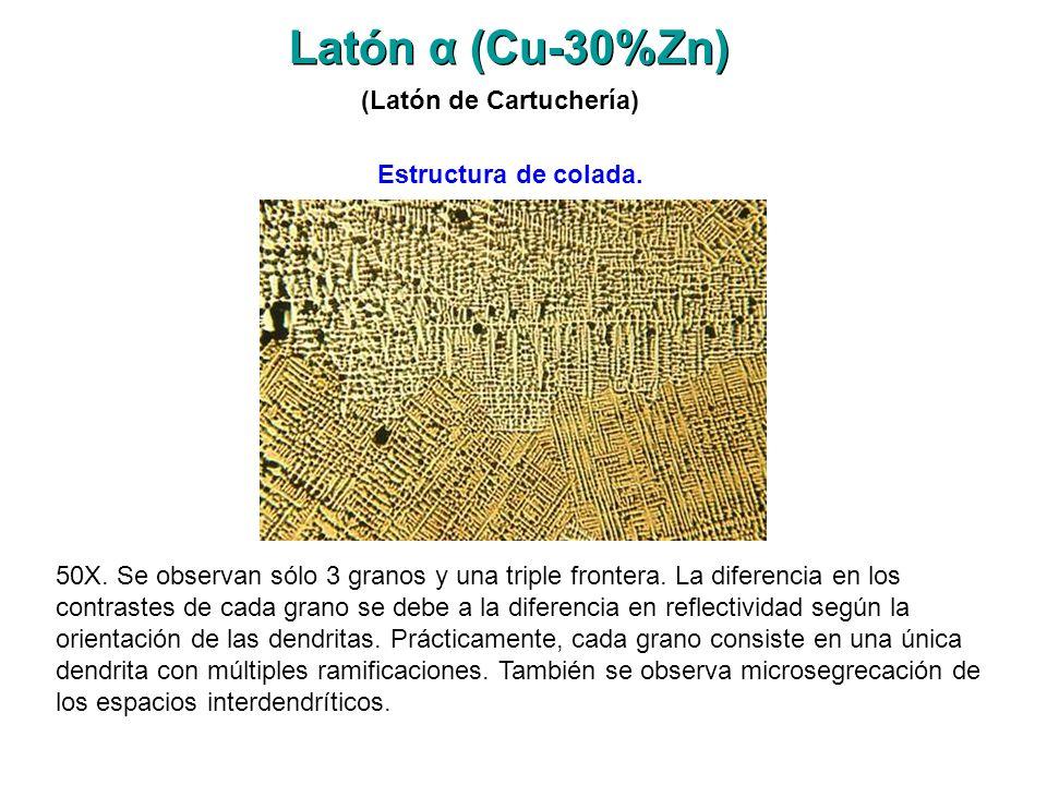 Latón α (Cu-30%Zn) 50X. Se observan sólo 3 granos y una triple frontera. La diferencia en los contrastes de cada grano se debe a la diferencia en refl