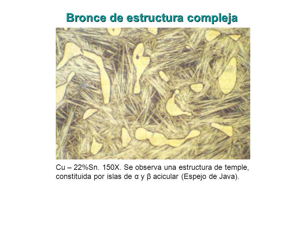 Cu – 22%Sn. 150X. Se observa una estructura de temple, constituida por islas de α y β acicular (Espejo de Java). Bronce de estructura compleja