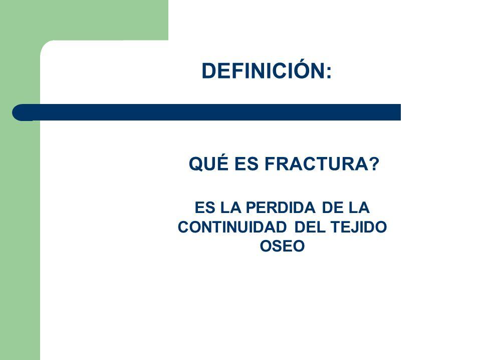 LAS FRACTURAS SE PUEDEN CLASIFICAR EN DOS TIPOS: 1.- FRACTURA CERRADA QUE ES CUANDO ELHUESO ROTO NO DESGARRA LA PIEL 2.- FRACTURA ABIERTA CUANDO EL HUESO ROTO PRODUCE UNA HERIDA EN LA PIEL Y SALE DEL CUERPO