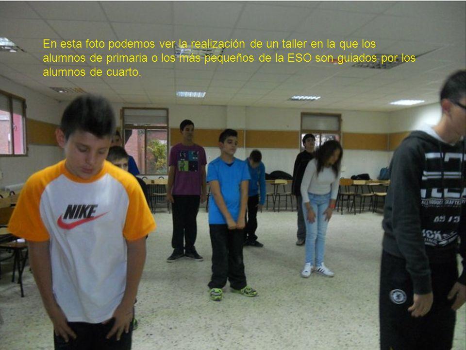 En esta foto podemos ver la realización de un taller en la que los alumnos de primaria o los más pequeños de la ESO son guiados por los alumnos de cua