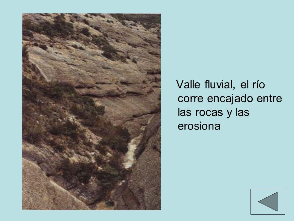 Valle fluvial, el río corre encajado entre las rocas y las erosiona