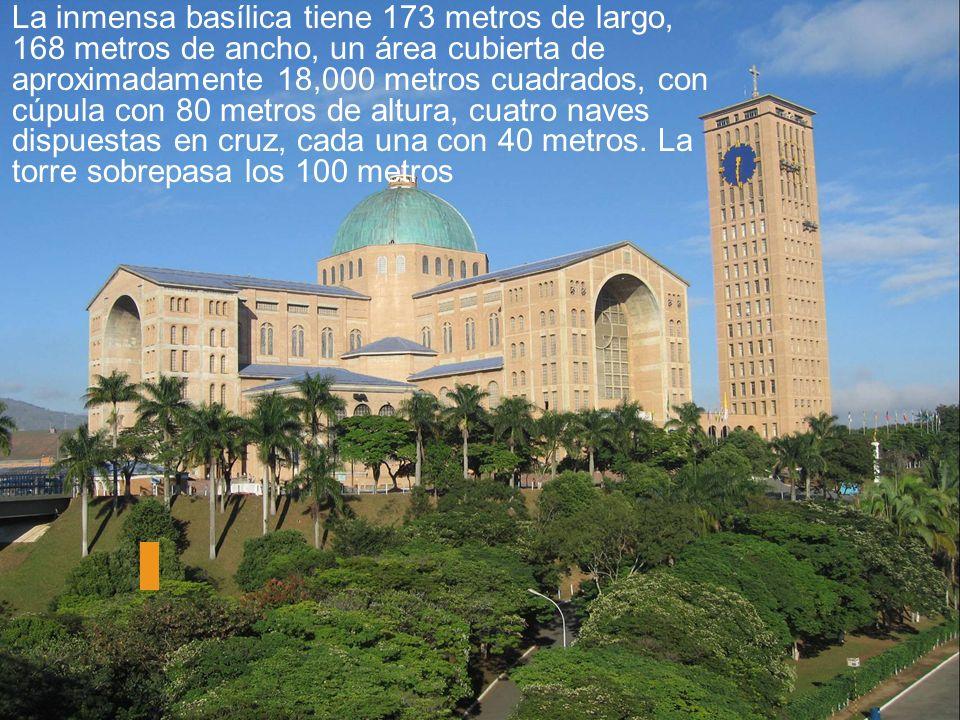 La inmensa basílica tiene 173 metros de largo, 168 metros de ancho, un área cubierta de aproximadamente 18,000 metros cuadrados, con cúpula con 80 met